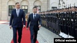 Presidenti i Polonisë Andrzej Duda dhe ai i Ukrainës, Volodymyr Zelenskiy.