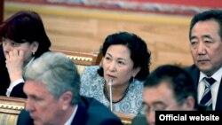 Камила Талиева өкмөт мүчөлөрү менен парламентте, 3-апрель, 2014.