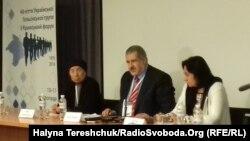 Голова Меджлісу кримськотатарського народу Рефат Чубаров (у центрі) на Кримському форумі у Львові, 11 листопада 2016 року