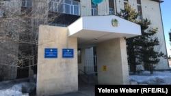 Здание Октябрьского районного суда города Караганды, где рассматривается уголовное дело в отношении прокурора. 19 марта 2019 года.