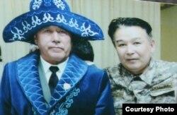«Мұсылман батальонының» командирі болған запастағы полковник Хабибжан Холбаев (сол жақта) мен Айдархан Дауылбаев полковник Борис Керімбаевтың (Қара майор) 70 жасқа толған мерейтойында. Алматы, 10 қаңтар 2018 жыл.