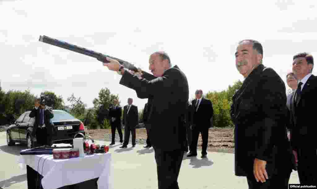Президент Азербайджана Ильхам Алиев целится из винтовки в стрелковом центре на севере страны. 2012 год.