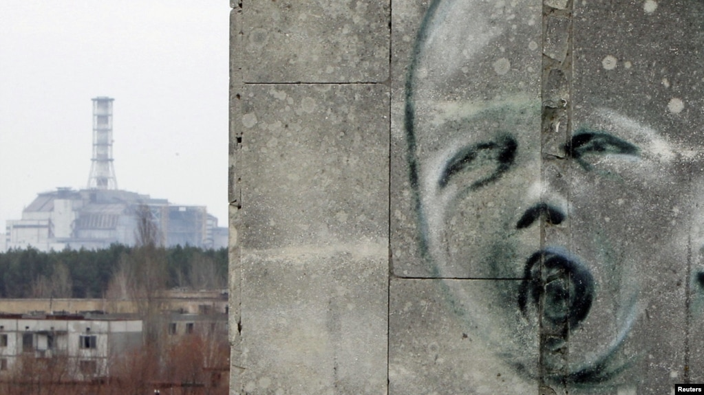 Поврежденный четвертый реактор Чернобыльской АЭС до сих пор остается напоминанием о возможных опасностях, связанных с атомной энергетикой