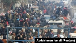 Алепподағы эвакуация кезегін күткен адамадар. 16 желтоқсан, 2016 жыл.