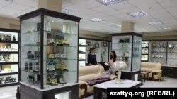 Магазин национальных сувениров и подарков одной казахстанской торговой марки. Алматы, 16 июня 2016 года.