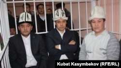 Арестованные лидеры партии «Ата-Журт» Камчыбек Ташиев (слева) , Садыр Жапаров (по центру) и Талант Мамытов (справа) на суде. Бишкек, 10 января 2013 года.