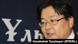 Саясаттанушы Айдос Сарым «Ұлы Дала» республикалық қоғамдық бірлестігінің құрылтайы кезінде. Алматы, 15 қазан 2011 жыл.