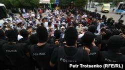 Полиция берет в окружение участников протестной акции. Алматы, 6 июля 2021 года
