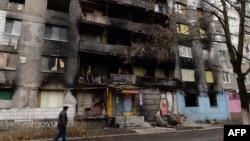 Чоловік проходить біля зруйнованого житлового будинку. Шахтарськ, 21 грудня 2014 року