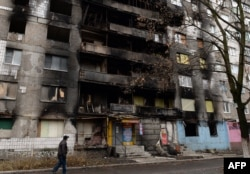 Мужчина проходит возле разрушенного жилого дома. Шахтерск, декабрь 2014 года