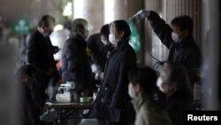 Arxiv foto: Qəza bölgəsində insanlar mümkün radiasiya təhlükəsindən yoxlanır