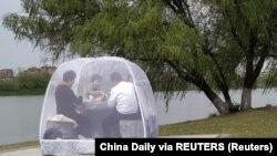 Stanovništvo Nanjinga u parku na zajedničkom ručku, pod zaštitom od korona virusa, 24. mart 2020.