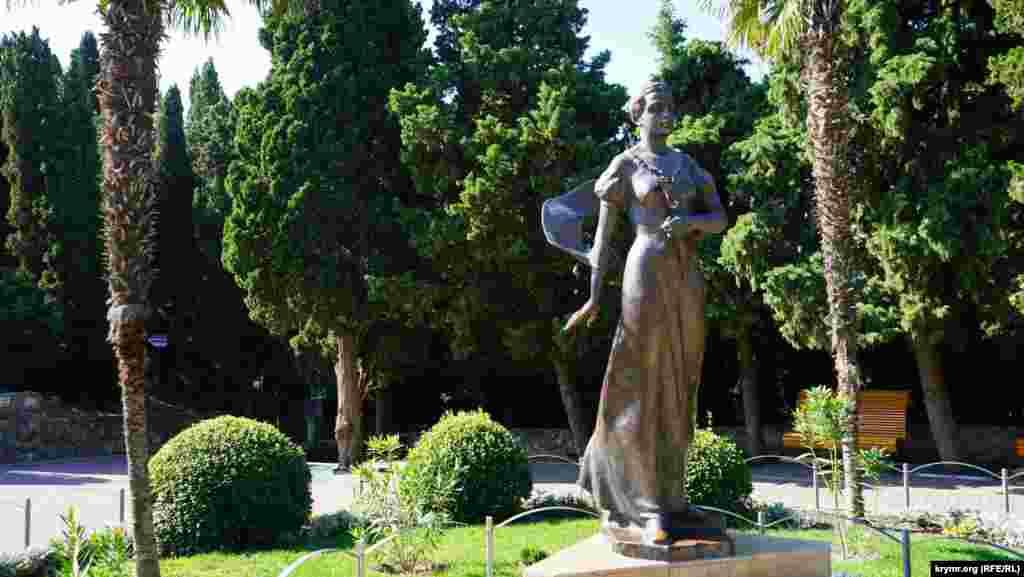 А це – пам'ятник княгині Гагаріній перед її палацом