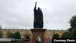 Александровский сад теперь украшает новый памятник – патриарху Гермогену