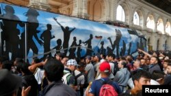 Refugiați la Budapesta în gara Keleti