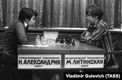 Чемпіонат світу з шахів. У півфінальному поєдинку беруть участь міжнародні гросмейстери українка Марта Літинська і грузинка Нана Александрія, 1987 рік