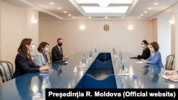 Președinta Maia Sandu (dreapta) la întrevederea cu asistenta adjunctă a secretarului de stat al SUA pentru Europa Centrală și de Est, Robin Dunnigan