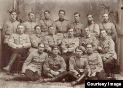 Grup de militari români în anul dinaintea demobilizării (Sursa: Expoziția Marele Război, 1914-1918, Muzeul Național de Istoie a României)