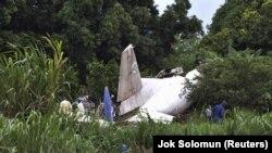Обломки перегруженного Ан-12 неподалеку от Джубы, Южный Судан, 2015 год. Борт EY-406 был зарегистрирован на авиакомпанию в Таджикистане, записанную на офшор с российскими связями. Ранее этот самолет принадлежал армянской компании. Экипаж: пятеро граждан Армении, один россиянин