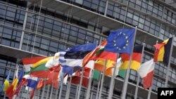 Flamujt e vendeve të BE-së para Parlamentit Evropian...