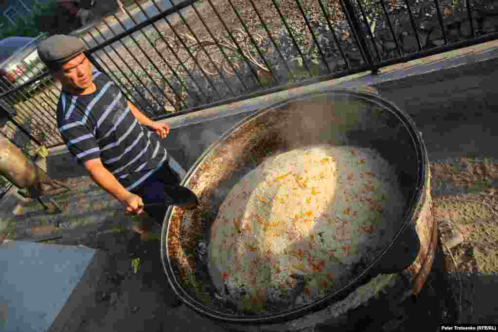 The wedding pilaf is cooked in large kazans (cooking pots) in street. A man is always a chef in a wedding. Dungans say that their pilaf differs from the Uzbek one, since it has a lot of meat.