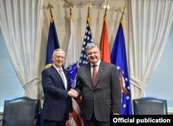 Президент України Петро Порошенко і міністр оборони США Джеймс Маттіс (ліворуч)