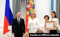 Владимир Путин вручает грамоту «Город воинской славы» представителям Феодосии