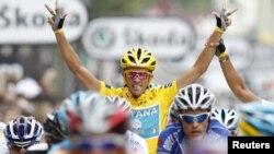 """""""Астана"""" велокомандасының мүшесі Альберто Контадор (ортада). Франция, 25 шілде 2010 жыл. (Көрнекі сурет)"""