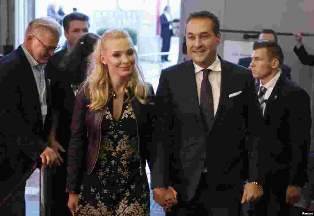 Популістська Австрійська партія свободи, очолювана Гансом-Крістіаном Страше, звинуватила Курца у крадіжці своєї політики, назвавши шахраєм