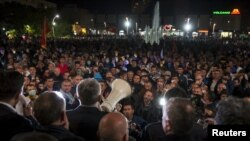 Opozicioni čelnici se obraćaju demonstrantima na glavnom trgu u Podgorici