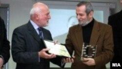 """Јосиф Ќурчиев ја прима наградата """"Жан Моне"""" на Европската комисија од поранешниот амбасадор на ЕУ во Македонија, Ерван Фуере."""