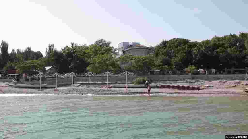 Деякі пляжі Коктебеля зруйновані й порожні – там висять таблички «купатися заборонено»