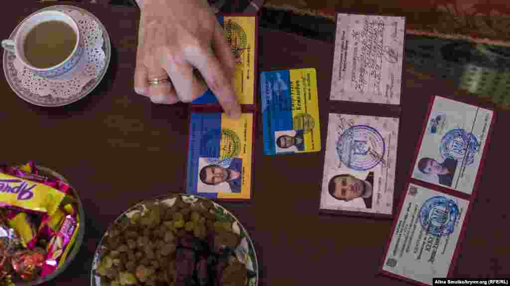 Посвідчення Емір-Усеїна про правозахисну діяльність, видані йому муніципальними органами влади до анексії Криму