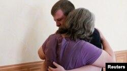 Один з тих, хто просить про обмін, – засуджений до десяти років ув'язнення в Україні російський військовий Віктор Агєєв (на фото – він з матір'ю)