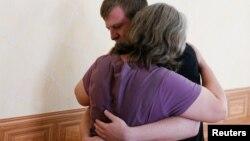 Виктор Агеев и его мать Светлана во дворе временной тюрьмы в Старобельске Луганской области в июле 2017 года