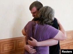 Виктор Агеев на свидании со своей матерью. Июль 2017 года