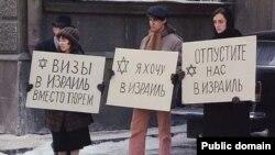 """Советские отказники. Кадр из фильма """"Москва на Гудзоне"""" (1984)."""