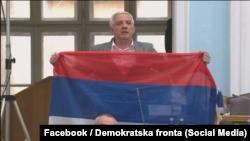 Vučurović pokazuje zastavu trobojku