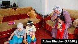 Иракская учительница Иман Мухаммед с тремя дочерьми. Багдад, 5 марта 2013 года.