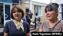 """Адвокат Айман Умарова (слева) со своей подзащитной Гульмирой Саутовой после оглашения приговора по делу """"о торговле младенцами"""". Алматы, 5 июля 2016 года."""