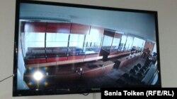 """Жемқорлыққа қатысты айып та тағылған """"Бергей Рысқалиев құрған топ"""" делінетін адамдардың соты өтетін залдың монитордағы көрінісі. Атырау қаласы, 17 қазан, 2014 жыл. (Көрнекі сурет)"""