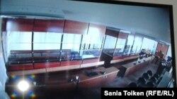 Зал суда по делу о «группе Бергея Рыскалиева, фото с монитора в комнате для журналистов. Атырау, 17 октября 2014 года.