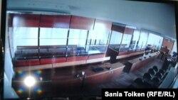 """""""Бергей Рысқалиев құрған топ"""" делінетін адамдардың соты өтетін залдың монитордағы көрінісі. Атырау қаласы, 17 қазан 2014 жыл."""