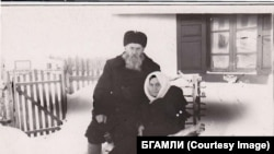 С женой возле своего дома в поселке Почет, 1958 год
