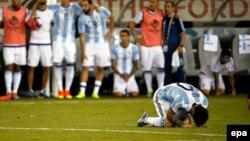 Реакція півзахисника Ліонеля Мессі після пенальті у фіналі Кубка Америки на стадіоні в Іст-Рутерфорд, штат Нью-Джерсі, 26 червня 2016 року