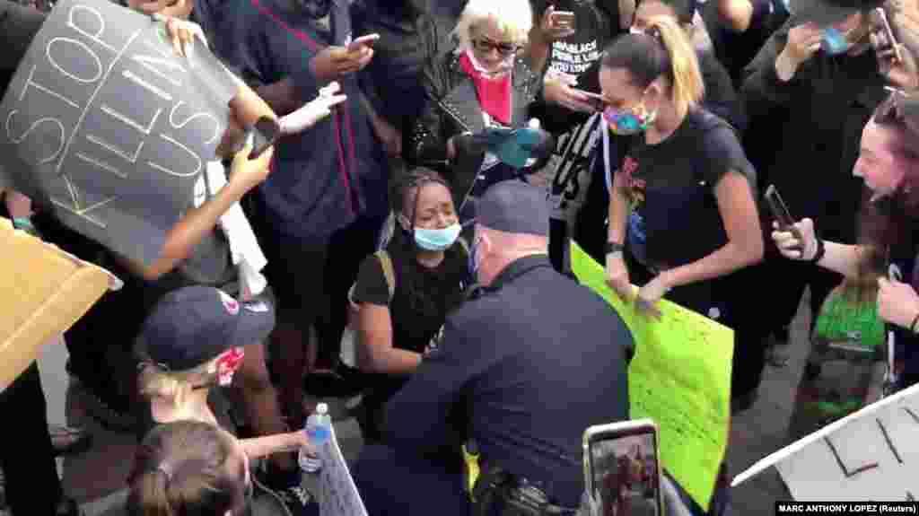 Глава полиции Окли Эрик Кристенсен общается с протестующими, преклонив колено. Калифорния, 31 мая 2020 года.