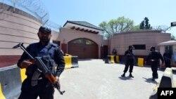 Резиденцію Первеза Мушаррафа під Ісламабадом нині ззовні стереже поліція, зсередини – його власна охорона, 17 квітня 2013 року