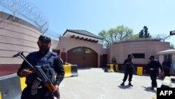 کماندوهای پلیس در خارج از خانه پرویز مشرف