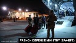 Francia katonák és civilek szállnak be egy repülőgépbe Kabulban