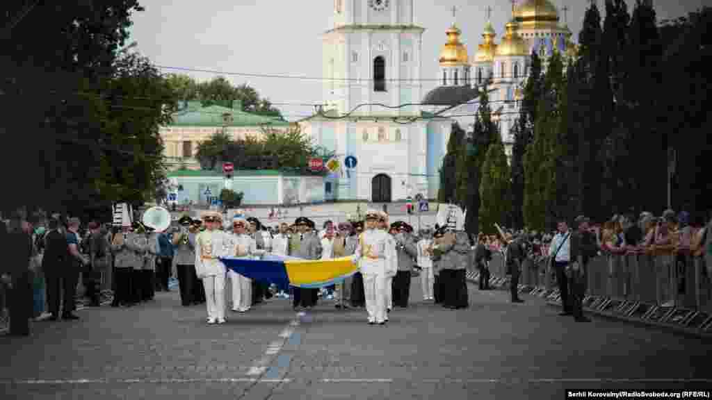 Під супровід оркестру спортсмени прокрокували до Софійської площі